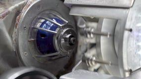 Άποψη κινηματογραφήσεων σε πρώτο πλάνο στον άξονα γεια-ταχύτητας της οδοντικής μηχανής άλεσης που που βάζει στο τρυπάνι φιλμ μικρού μήκους