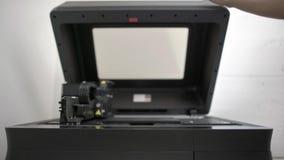 Άποψη κινηματογραφήσεων σε πρώτο πλάνο στον οδοντικό τρισδιάστατο εκτυπωτή στο εργαστήριο φιλμ μικρού μήκους