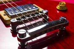 Άποψη κινηματογραφήσεων σε πρώτο πλάνο της εκλεκτής ποιότητας κλασικής ηλεκτρικής κιθάρας τζαζ βράχου στοκ φωτογραφία