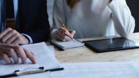 Άποψη κινηματογραφήσεων σε πρώτο πλάνο της εργασίας ομάδας επιχειρηματιών με τις οικονομικά εκθέσεις και τα έγγραφα φιλμ μικρού μήκους