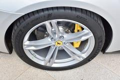 Άποψη κινηματογραφήσεων σε πρώτο πλάνο της ρόδας Ferrari με τη ρόδα Michelin στοκ εικόνα