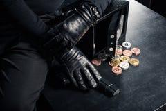 Άποψη κινηματογραφήσεων σε πρώτο πλάνο του εγκληματικού χρηματοκιβωτίου ανοίγματος στοκ φωτογραφία με δικαίωμα ελεύθερης χρήσης