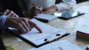Άποψη κινηματογραφήσεων σε πρώτο πλάνο του επιχειρηματία και της επιχειρηματία που εργάζονται με τις οικονομικά εκθέσεις και τα έ απόθεμα βίντεο