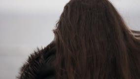 Άποψη κινηματογραφήσεων σε πρώτο πλάνο του νέου προσώπου γυναικών ` s που κοιτάζει στη κάμερα και που περπατά μακριά Σε αργή κίνη απόθεμα βίντεο
