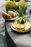 άποψη κινηματογραφήσεων σε πρώτο πλάνο του τεμαχισμένου ανανά και της διχοτομημένης καρύδας στο τροπικό θέρετρο στοκ εικόνα