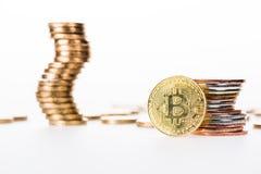 άποψη κινηματογραφήσεων σε πρώτο πλάνο του bitcoin και των συσσωρευμένων νομισμάτων Στοκ Φωτογραφία