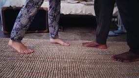 Άποψη κινηματογραφήσεων σε πρώτο πλάνο των αφρικανικών αρσενικών και καυκάσιων θηλυκών ποδιών που χορεύουν στο πάτωμα Ο ξυπόλυτοι απόθεμα βίντεο