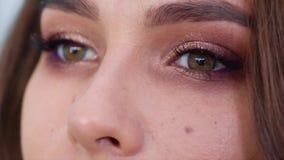 Άποψη κινηματογραφήσεων σε πρώτο πλάνο των νέων ματιών γυναικών με το makeup σε σε αργή κίνηση φιλμ μικρού μήκους