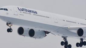 Άποψη κινηματογραφήσεων σε πρώτο πλάνο airbus A340-600 της Lufthansa των αεροσκαφών φιλμ μικρού μήκους