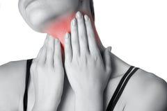 Άποψη κινηματογραφήσεων σε πρώτο πλάνο μιας νέας γυναίκας με τον πόνο στο λαιμό ή το θυροειδή αδένα Στοκ φωτογραφία με δικαίωμα ελεύθερης χρήσης