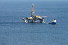 Άποψη κινηματογραφήσεων σε πρώτο πλάνο μιας πλατφόρμας άντλησης πετρελαίου παράκτια Στοκ Εικόνες