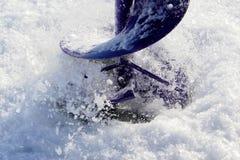 Άποψη κινηματογραφήσεων σε πρώτο πλάνο μιας τρύπας αλιείας πάγου που τρυπιέται με τρυπάνι Στοκ Φωτογραφίες