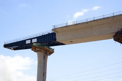 Άποψη κινηματογραφήσεων σε πρώτο πλάνο της γέφυρας Flyover κάτω από την κατασκευή στοκ εικόνα