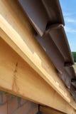 Άποψη κινηματογραφήσεων σε πρώτο πλάνο της λεπτομέρειας στεγών με τις ξύλινα δοκούς και τα κεραμίδια στεγών νέος κατώτερος σπιτιώ Στοκ Εικόνα