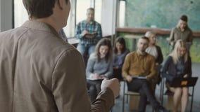 Άποψη κινηματογραφήσεων σε πρώτο πλάνο της νέας ομιλίας επιχειρηματιών στο σεμινάριο στο σύγχρονο γραφείο Μικτή ομάδα ανθρώπων φυ φιλμ μικρού μήκους