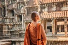 Άποψη κινηματογραφήσεων σε πρώτο πλάνο του βουδιστικού μοναχού που εξετάζει το προαύλιο Angkor Wat Στοκ Εικόνες