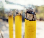 Άποψη κινηματογραφήσεων σε πρώτο πλάνο του καψίματος των ραβδιών θυμιάματος Στοκ Φωτογραφίες