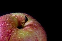 Άποψη κινηματογραφήσεων σε πρώτο πλάνο του κόκκινου μήλου με τις πτώσεις νερού Στοκ Φωτογραφίες