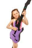 Άποψη κινηματογραφήσεων σε πρώτο πλάνο του παιχνιδιού κοριτσιών στην ηλεκτρο κιθάρα Στοκ Φωτογραφίες