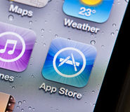 Άποψη κινηματογραφήσεων σε πρώτο πλάνο του App εικονιδίου καταστημάτων σε ένα iPhone Στοκ Εικόνες