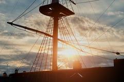 Άποψη κινηματογραφήσεων σε πρώτο πλάνο των ιστών και ξάρτια ενός πλέοντας σκάφους - χρωματισμένο υπόβαθρο ταξιδιού Στοκ φωτογραφία με δικαίωμα ελεύθερης χρήσης