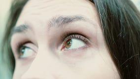 Άποψη κινηματογραφήσεων σε πρώτο πλάνο των ματιών γυναικών s που εξετάζουν τη κάμερα απόθεμα βίντεο