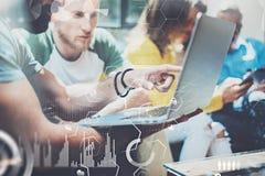 Άποψη κινηματογραφήσεων σε πρώτο πλάνο των νέων επιχειρηματιών που εργάζονται στο σύγχρονο γραφείο Έννοια του ψηφιακού διαγράμματ Στοκ φωτογραφίες με δικαίωμα ελεύθερης χρήσης