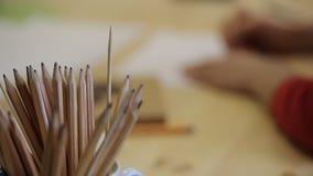 Άποψη κινηματογραφήσεων σε πρώτο πλάνο των ξύλινων μολυβιών για το σχέδιο απόθεμα βίντεο
