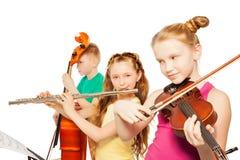 Άποψη κινηματογραφήσεων σε πρώτο πλάνο των παιδιών που παίζουν τα μουσικά όργανα Στοκ φωτογραφία με δικαίωμα ελεύθερης χρήσης