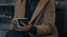 Άποψη κινηματογραφήσεων σε πρώτο πλάνο των χεριών γυναικών όταν αυτή μήνυμα γραψίματος στο smartphone της στο βαγόνι εμπορευμάτων φιλμ μικρού μήκους