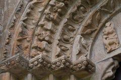 Άποψη κινηματογραφήσεων σε πρώτο πλάνο archivolts και των κεφαλαίων στο romanesque monate Στοκ Φωτογραφίες
