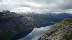 Άποψη κοντά σε Trolltunga στο φιορδ και το νερό από τον κηφήνα στον αέρα Νορβηγία φιλμ μικρού μήκους