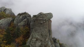 Άποψη κοντά στο στυλοβάτη πετρών του απότομου βράχου πλάνο Τοπ άποψη του στυλοβάτη πετρών του βράχου με την πλησιάζοντας παχιά ομ φιλμ μικρού μήκους