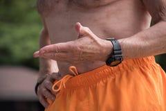 Άποψη κορμών παλαιότερος γυμνός chested ατόμων στην κίτρινη ένδυση κοστουμιών λουσίματος Στοκ Φωτογραφία
