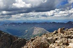 Άποψη κορυφών βουνών στοκ φωτογραφία με δικαίωμα ελεύθερης χρήσης