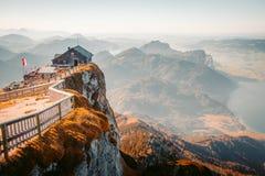 Άποψη κορυφών βουνών Schafberg στο ηλιοβασίλεμα, Αυστρία στοκ εικόνα