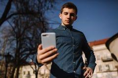 Άποψη κουμπιών του ατόμου που χρησιμοποιεί ένα τηλέφωνο Νέο blogger που ένα μήνυμα για τα folowers στοκ εικόνα