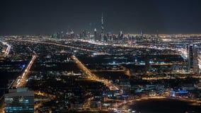 Άποψη κυκλοφορίας νύχτας σχετικά με το khalifa burj στην πόλη του Ντουμπάι απόθεμα βίντεο