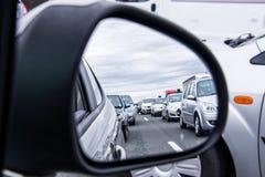 Άποψη κυκλοφοριακής συμφόρησης μέσω ενός καθρέφτη αυτοκινήτων Στοκ εικόνα με δικαίωμα ελεύθερης χρήσης