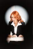 Άποψη κλειδαροτρυπών της νέας όμορφης επιχειρησιακής γυναίκας Στοκ Εικόνα
