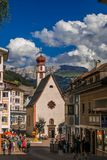 Άποψη λίγου παρεκκλησιού του ST Anthony στο ιστορικό κέντρο του ορεινού χωριού Ortisei στοκ εικόνα