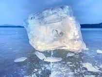 Άποψη λεπτομέρειας σε έναν πάγο με τις βαθιές γρατσουνιές και τις ρωγμές Επιπλέων πάγος περικοπών Στοκ Φωτογραφίες