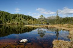 Άποψη λιμνών βουνών το φθινόπωρο στοκ φωτογραφίες
