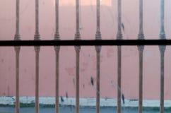 Άποψη μέσα σε ένα εγκαταλειμμένο σπίτι από μια αστική οδό στοκ εικόνες με δικαίωμα ελεύθερης χρήσης