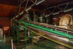 Άποψη μέσα σε ένα εργοστάσιο όπου τα φύλλα τσαγιού ξεραίνουν μέσα Sabah, Μπόρνεο, Μαλαισία Στοκ Εικόνες