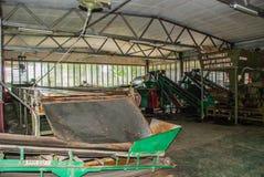 Άποψη μέσα σε ένα εργοστάσιο όπου τα φύλλα τσαγιού ξεραίνουν μέσα Sabah, Μπόρνεο, Μαλαισία Στοκ φωτογραφία με δικαίωμα ελεύθερης χρήσης