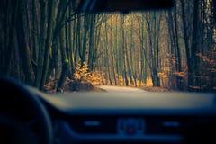 Άποψη μέσα στην κίνηση του δρόμου αυτοκινήτων Στοκ Εικόνες
