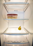 Άποψη μέσα στο κενό εσωτερικό ψυγείων με σχεδόν κανένα τρόφιμο Στοκ φωτογραφία με δικαίωμα ελεύθερης χρήσης