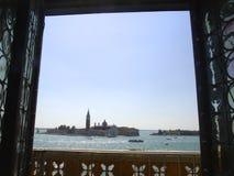 Άποψη μέσω ενός παραθύρου στη Βενετία, Ιταλία Στοκ φωτογραφία με δικαίωμα ελεύθερης χρήσης
