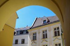 Άποψη μέσω της αψίδας στις στέγες της παλαιάς πόλης Στοκ Εικόνα